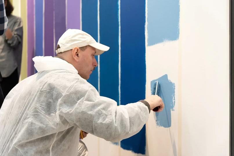 Евгений — маляр с художественным образованием, может заколеровать краску на глаз.