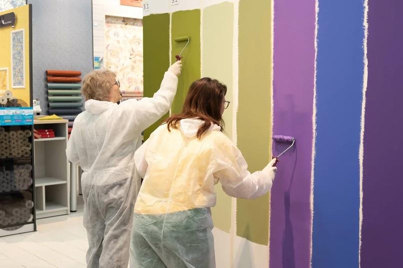 Маляры Галина и Мария за работой с краской