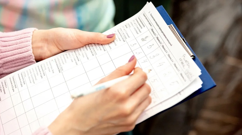 Планшет с оценками теста в дамских руках